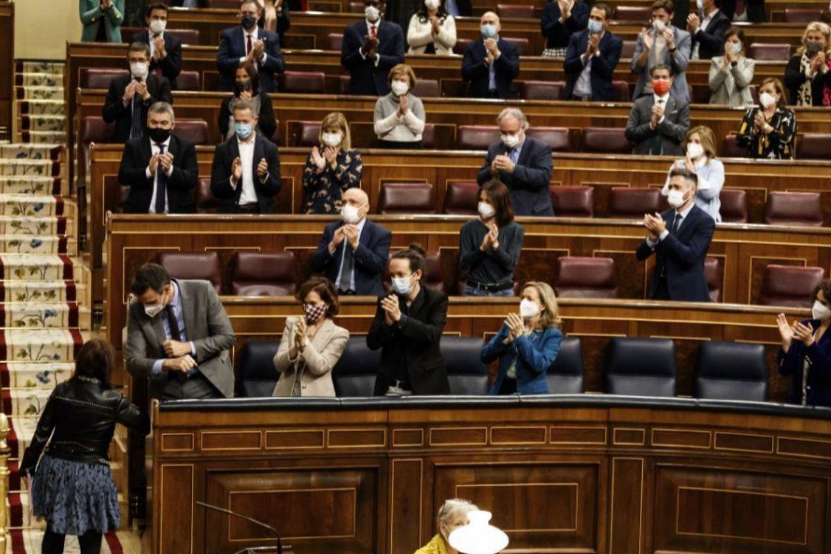 Aplausos del Gobierno y de la bancada socialista a Adriana Lastra.
