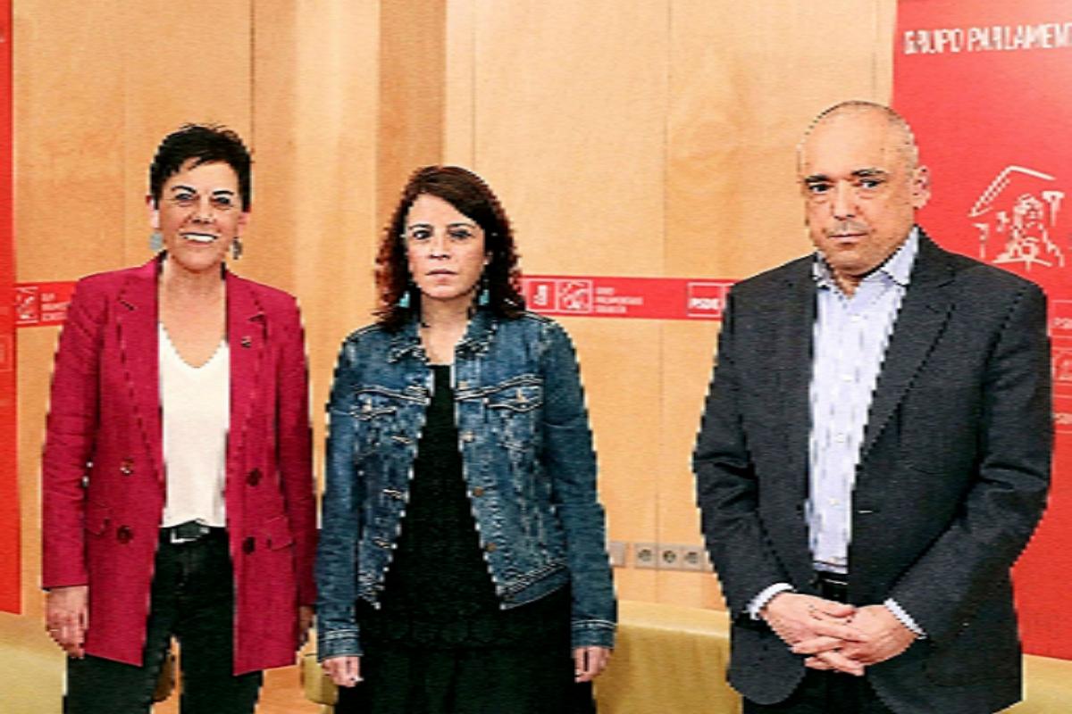 Los socialistas Lastra y Simancas, junto a la portavoz de Bildu.