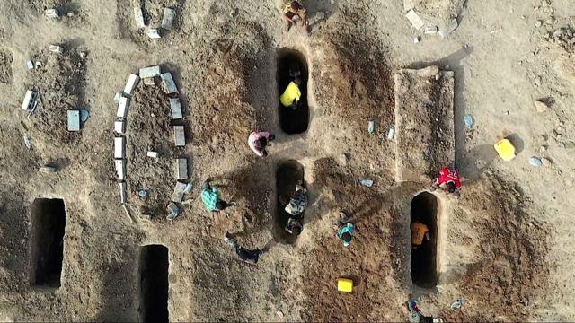 Enterrando a los muertos en el cementerio de al-Radwan