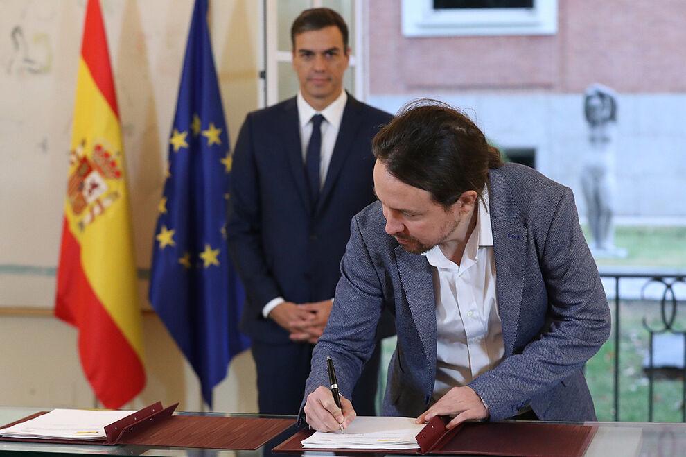 Pablo Iglesias firma su pacto de Presupuestos con Pedro S