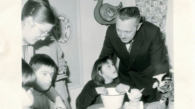 Jérôme Lejeune atiende a niños