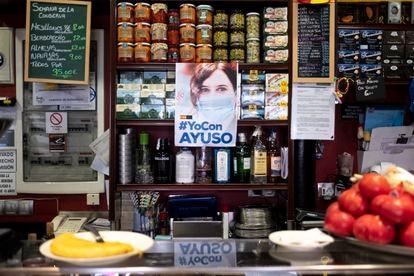 """Cartel de apoyo a Isabel Díaz Ayuso en el bar """"La Parroquia de Pablo"""" de Chamartín."""