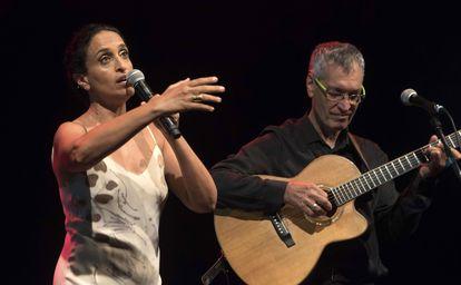 La cantante israelí Noa, durante su actuación en la gala de inicio de los encuentros Albert Camus en el Teatro Principal de Mahón, Menorca.
