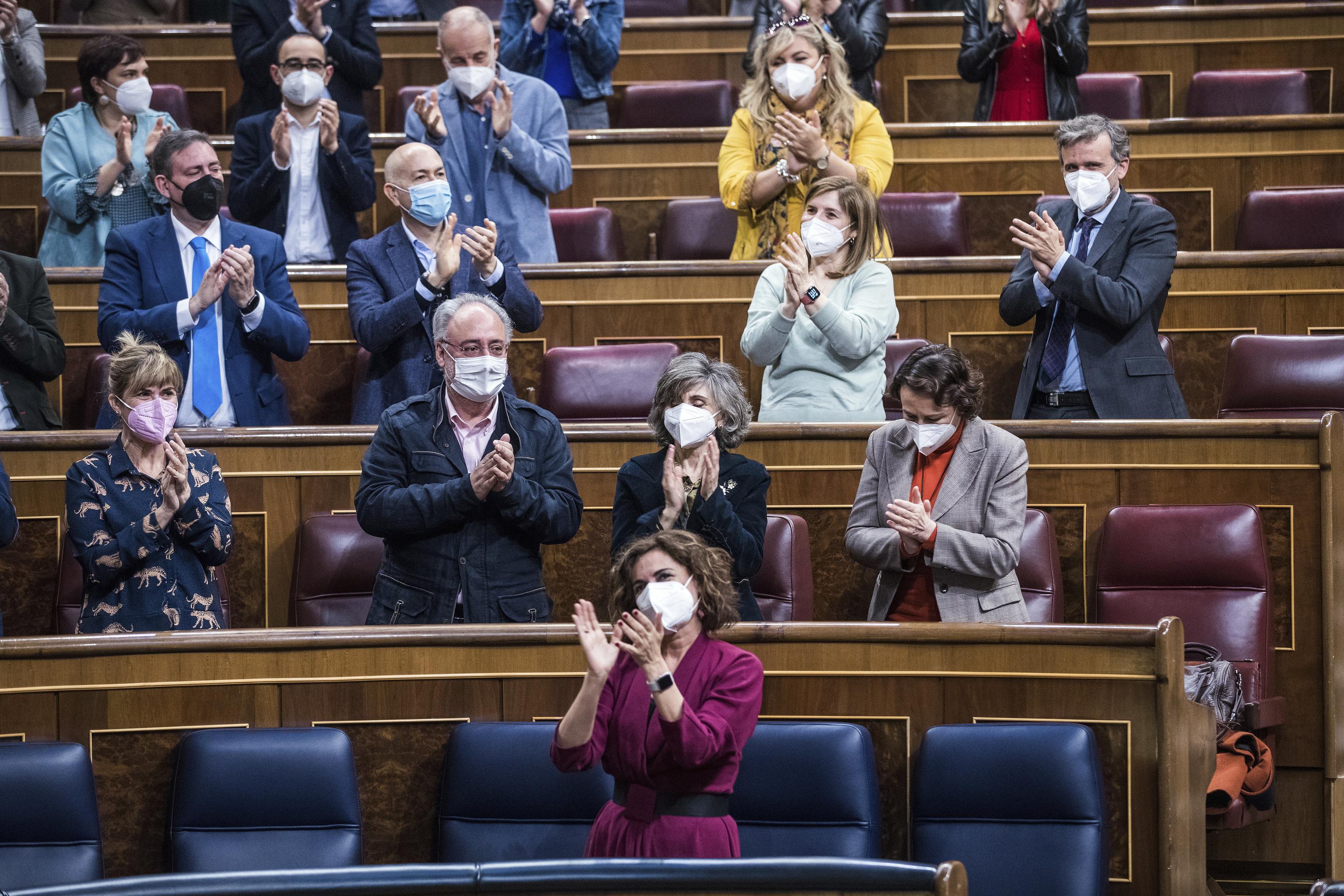 Aplausos en el Congreso tras aprobarse la Ley de Eutanasia.
