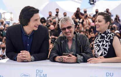 Los actores Adam Driver (derecha) y Marion Cotillard (izquierda) con el director Leos Carax en la presentación en Cannes de 'Annette'.