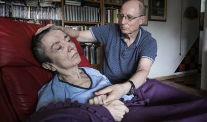 Ángel Hernández, con su mujer, María José Carrasco, en su casa de Madrid en octubre de 2018.