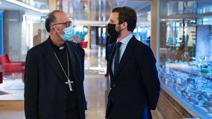 El líder del PP, Pablo Casado, se reúne con el presidente de la Conferencia Episcopal, Juan José Omella, en diciembre de 2020.