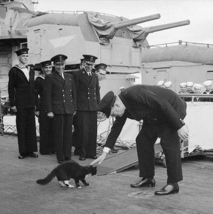 Churchill saluda a 'Blackie', el gato mascota del acorazado HMS Prince of Wales, en 1941.