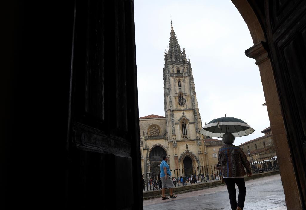 Varias personas caminan por el centro de Oviedo, ayer jueves.