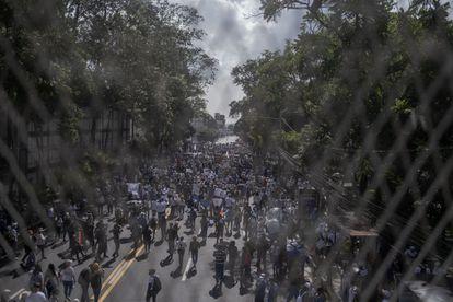 La marcha unió a sectores tan diversos como estudiantes, feministas, provida, sindicalistas y simpatizantes del FLMN y Arena.